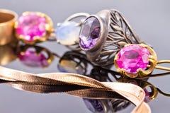 Variedade de joia feita de metais preciosos Fotos de Stock Royalty Free