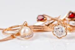 Variedade de joia feita de metais preciosos Foto de Stock