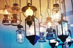 A variedade de lâmpada e de lanterna do vintage decoradas na construção ilumina-se fotografia de stock royalty free
