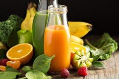 Variedade de legume fresco e de sucos de fruto Fotografia de Stock Royalty Free