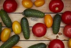 Variedade de legumes frescos em uma caixa de madeira Imagens de Stock Royalty Free