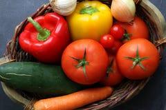 Variedade de legumes frescos na cesta do mercado Fotos de Stock