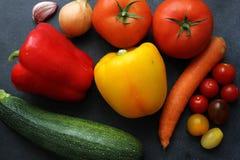 Variedade de legumes frescos na placa escura Imagem de Stock Royalty Free