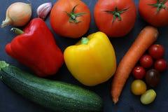 Variedade de legumes frescos na placa escura Fotos de Stock Royalty Free