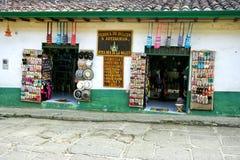 Variedade de lembranças em uma loja tradicional em Paramo, Colômbia fotografia de stock royalty free