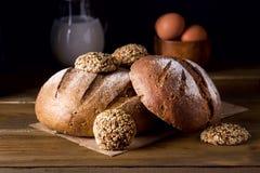 Variedade de Loafs Rye cozido fresco e de pão inteiro da grão na variedade escura da foto do fundo de madeira da textura de pão Imagem de Stock