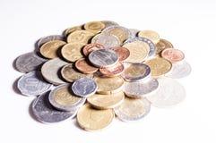 Variedade de moedas com fundo de Whitw Foto de Stock