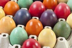 Variedade de ovos da páscoa na caixa do ovo, fim acima Foto de Stock
