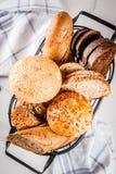 Variedade de pão caseiro fresco da grão, em uma cesta do metal, branca Fotos de Stock