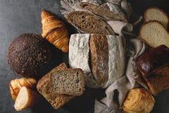 Variedade de pão cozido fresco imagens de stock