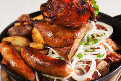 Variedade de petiscos grelhados da galinha e da carne Fotos de Stock Royalty Free