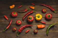 Variedade de pimentas em um fundo de madeira Fotografia de Stock Royalty Free