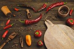 Variedade de pimentas em um fundo de madeira Imagens de Stock