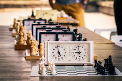 A variedade de placas de xadrez com partes de xadrez e xadrez cronometra no wo Imagens de Stock