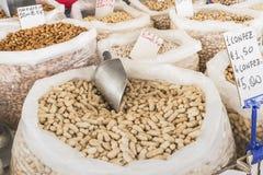 Variedade de porcas e de leguminosa em uma tenda do mercado fotografia de stock royalty free
