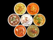 Variedade de pratos indianos sobre foto de stock