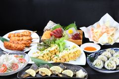 Variedade de pratos japoneses do alimento fotos de stock royalty free