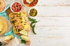 Variedade de pratos mexicanos da culinária em uma tabela imagem de stock