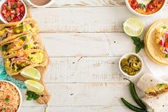 Variedade de pratos mexicanos da culinária em uma tabela fotos de stock royalty free