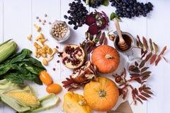 A variedade de produto colorido fresco, frutas e legumes arranja Imagem de Stock
