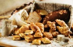 Variedade de produto da padaria com nacos, bolos, rolos e Dan do pão imagens de stock royalty free