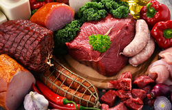 Variedade de produtos de carne que incluem o presunto e as salsichas fotos de stock royalty free