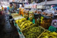 Variedade de produtos frescos das frutas e legumes indicados no mercado local do alimento da manhã A culinária tailandesa é ilust Imagens de Stock Royalty Free
