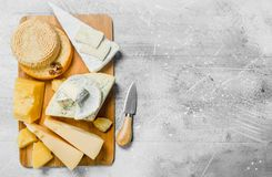 Variedade de queijos diferentes fotografia de stock