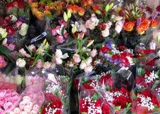 Florista com ramalhetes de Rosa Fotografia de Stock Royalty Free