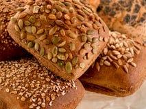 Variedade de rolos de pão da multi-grão Fotos de Stock Royalty Free