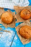 Variedade de rolos de pão da multi-grão sobre na tabela de madeira azul Fotografia de Stock Royalty Free