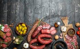 Variedade de salame fumado com azeitonas, ervas e especiarias foto de stock