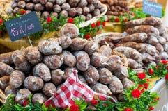 A variedade de salmoura francesa curou a salsicha para a venda Fotos de Stock Royalty Free