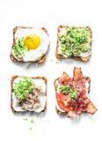 Variedade de sanduíches para o café da manhã, petisco, aperitivos - puré do abacate, ovo frito, tomates, bacon, queijo creme, cav imagens de stock