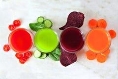 Variedade de suco com vegetais dispersados, acima da vista no mármore Imagem de Stock Royalty Free