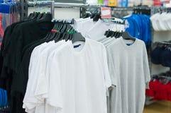 Variedade de t-shirt em carrinhos no supermercado Foto de Stock Royalty Free