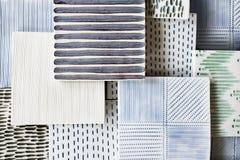 Variedade de telhas decorativas feitos a mão da argila com testes padrões e cores diferentes Ofício, arte, fundo do projeto foto de stock