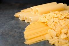 Variedade de tipos e de formas da massa italiana Imagem de Stock Royalty Free