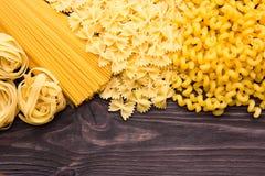 Variedade de tipos e formulários do macarrão seco Alimento cru ou textura do macarrão italiano: massa, espaguete, massa sob a for fotos de stock