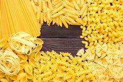 Variedade de tipos e formulários do macarrão seco Alimento cru ou textura do macarrão italiano: massa, espaguete, massa sob a for foto de stock royalty free