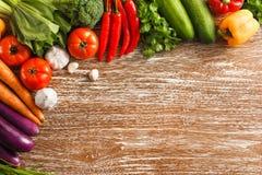 Variedade de vários legumes frescos na tabela de madeira rústica Fotos de Stock Royalty Free