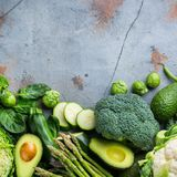 Variedade de vegetais verdes orgânicos, conceito limpo do vegetariano comer imagem de stock