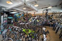 Variedade de venda da bicicleta na loja Imagens de Stock Royalty Free