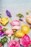 A variedade de verão colorido floresce para o ramalhete de cumprimento no fundo chique gasto do vintage azul, vista superior Imagens de Stock
