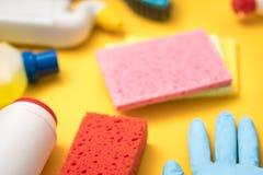 Variedade defocused das fontes dos produtos de limpeza da casa fotos de stock