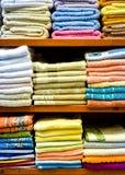Variedade diferente de toalhas coloridas empilhadas no departamento de fábrica Imagens de Stock Royalty Free