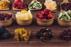 Variedade do close up secado dos frutos no fundo de madeira marrom Fotografia de Stock