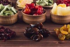 Variedade do close up secado dos frutos no fundo de madeira marrom Imagem de Stock Royalty Free