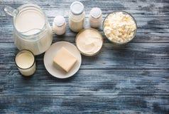 Variedade do mantimento dos produtos láteos na tabela de madeira rústica Fotos de Stock Royalty Free