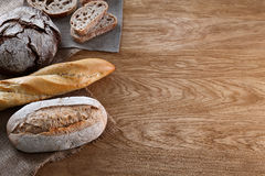Variedade do pão cozido no fundo de madeira imagem de stock royalty free